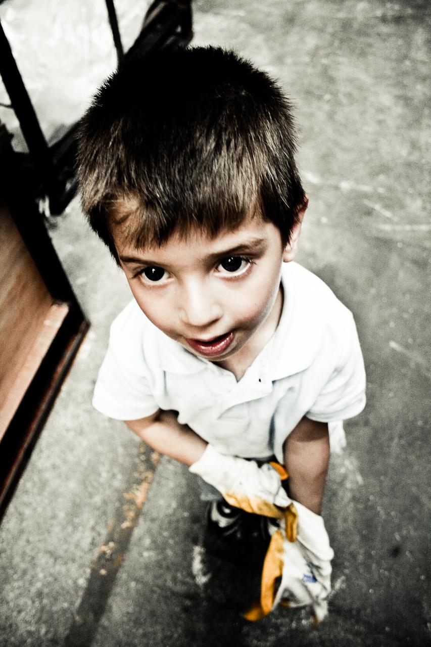 Kind zieht Handschuhe an. Industriell.