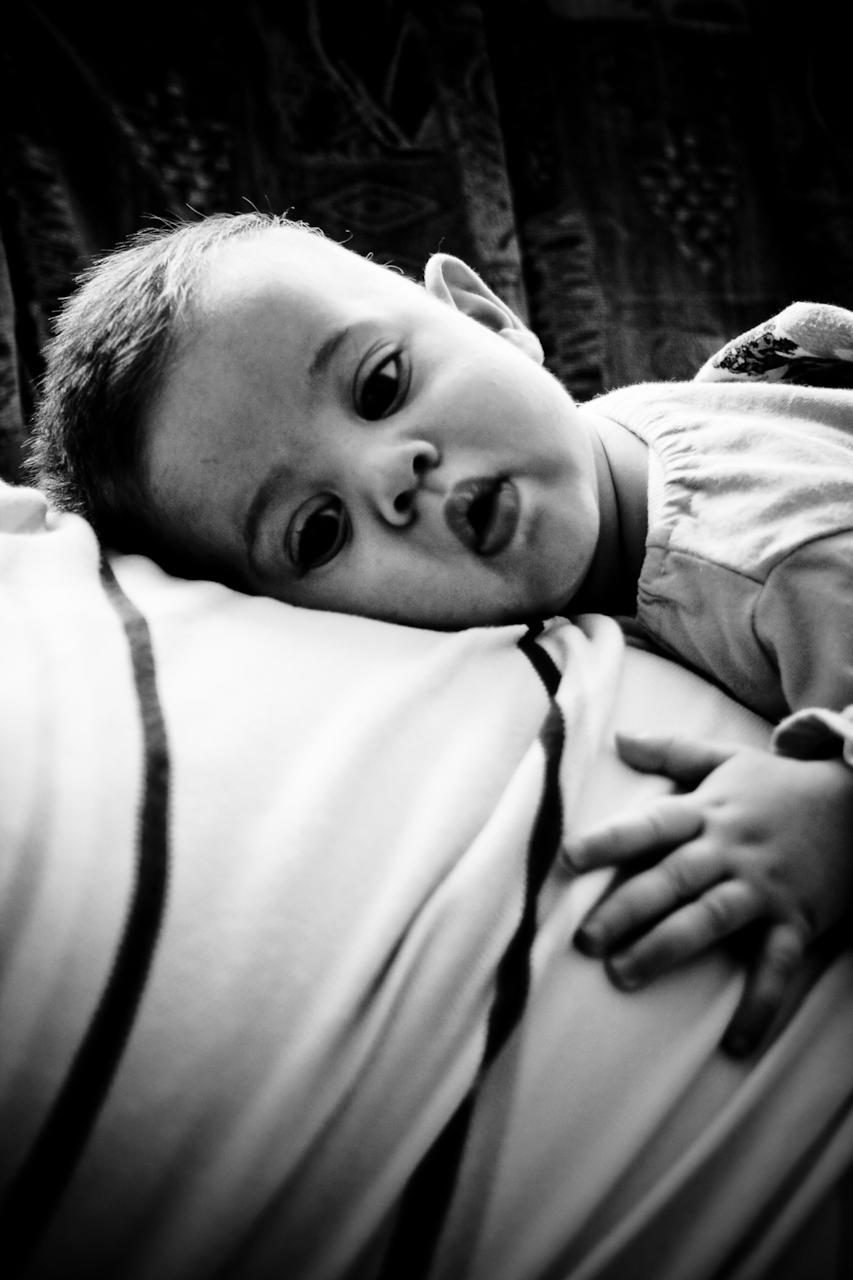 Baby liegt auf dem Bauch des Vaters